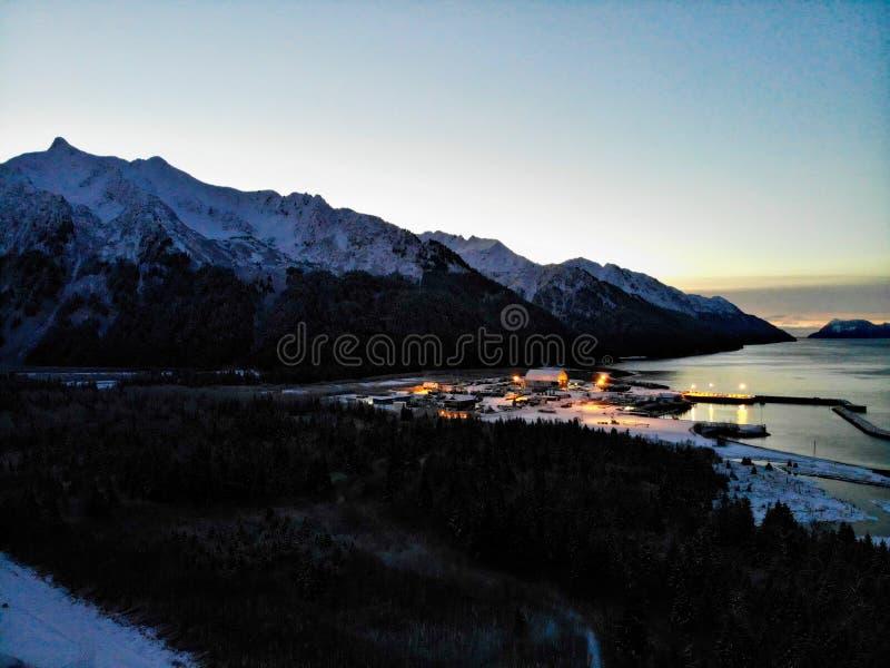 Zonsopgang over een scheepswerf Van Alaska stock fotografie