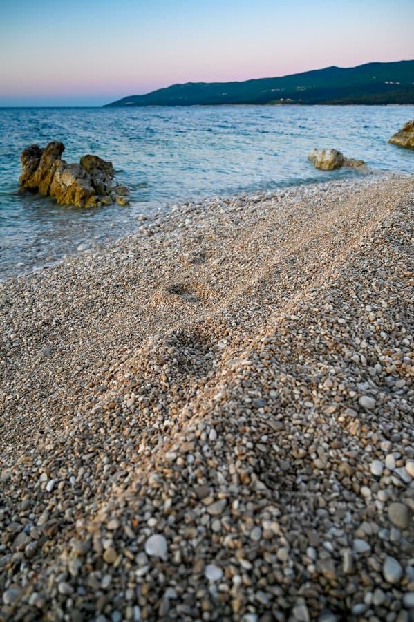 Zonsopgang over een steenstrand in Rabac Kroati? stock afbeelding