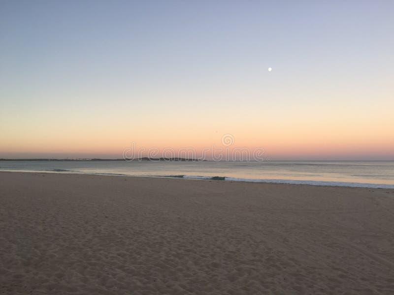 Zonsopgang over een strand royalty-vrije stock afbeelding