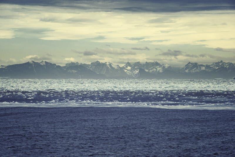 Zonsopgang over Groenland Hoge die bergketen door ijzige wa wordt omringd royalty-vrije stock afbeeldingen