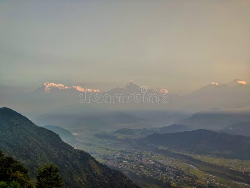 Zonsopgang over het Himalayagebergte stock foto