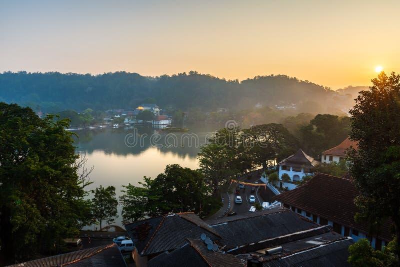 Zonsopgang over het meer en de tempel van Kandy in Sri Lanka stock fotografie