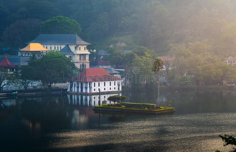 Zonsopgang over het meer en de tempel van Kandy in Sri Lanka stock foto