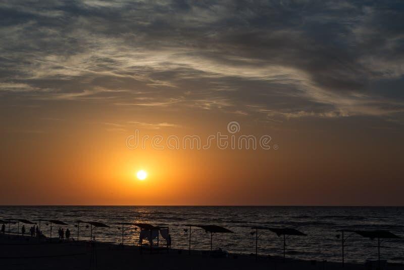 Zonsopgang over het overzees met mooie wolken Mensen die de dageraad van het overzeese landschap ontmoeten, royalty-vrije stock afbeelding
