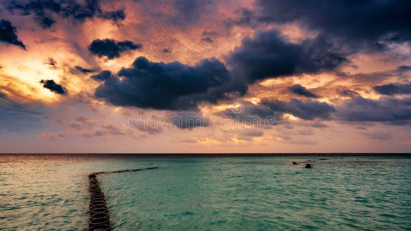 Zonsopgang over het overzees na een onweer royalty-vrije stock foto