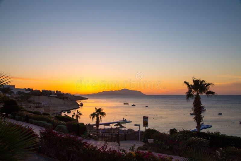 Zonsopgang over het Rode overzees Mooie heldere hemel met zonstralen en ochtendwolken Overzees en boten Mening van Tiran-Eiland E stock afbeelding