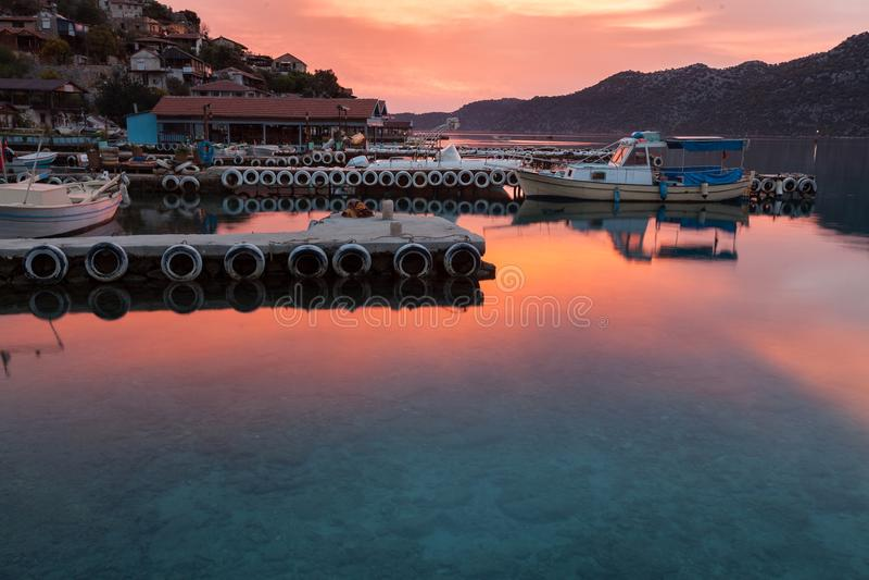 Zonsopgang over klein vissersdorp royalty-vrije stock afbeelding