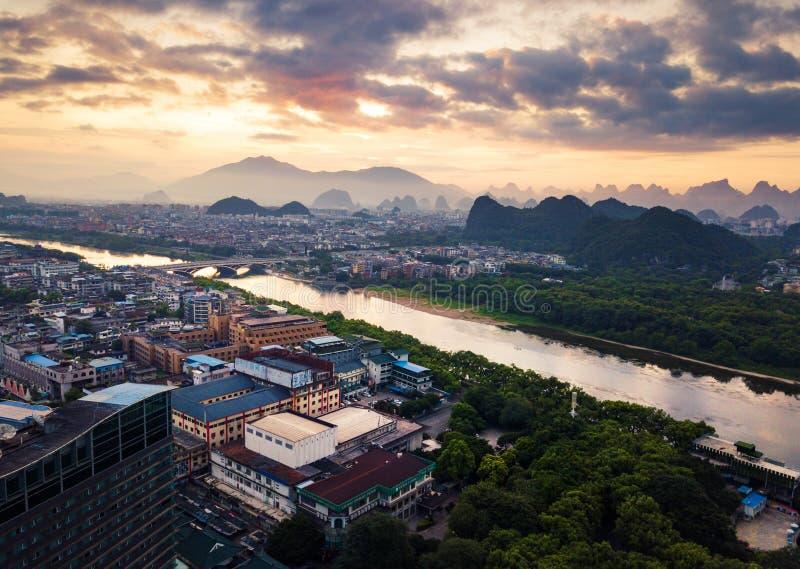 Zonsopgang over Li-rivier in Guilin, de luchtmening van China stock afbeelding