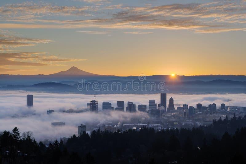 Zonsopgang over Mistige Cityscape van Portland met MT-Kap stock foto