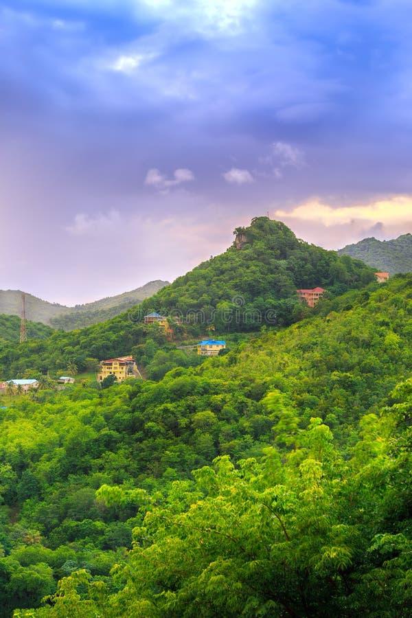 Zonsopgang over mooie weelderige groene bergen royalty-vrije stock afbeelding