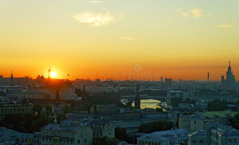 Zonsopgang over Moskou het Kremlin en stadscentrum royalty-vrije stock afbeeldingen