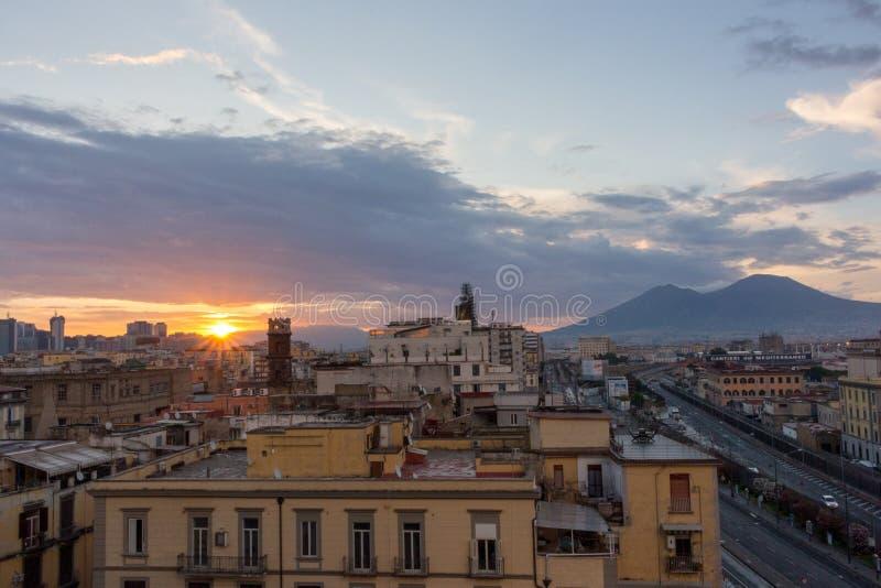 Zonsopgang over Napels, Italië, tegen vulkaan de Vesuvius Stedelijk landschap met het toenemen zon Het panorama van ochtendnapoli stock foto's