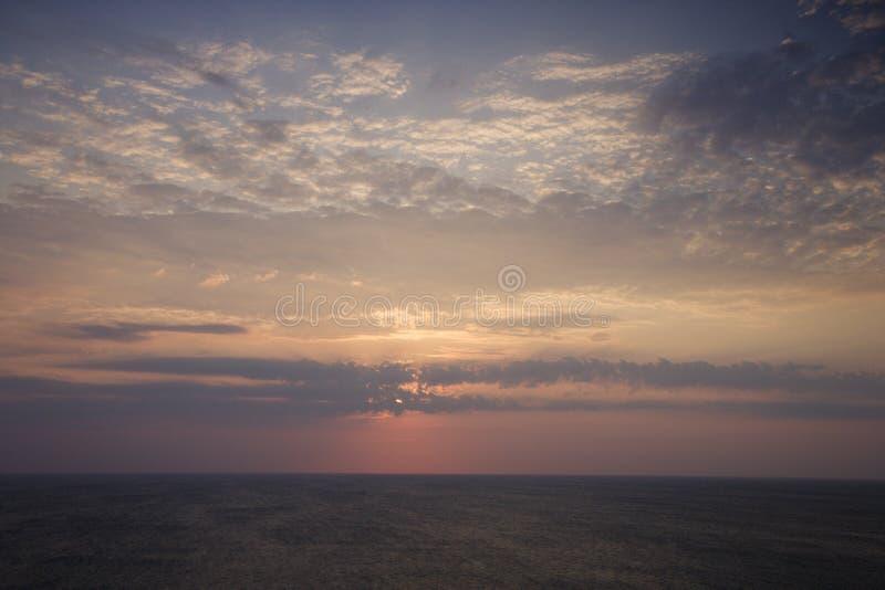 Zonsopgang over oceaan. stock foto