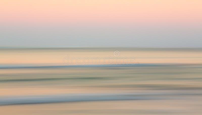 Zonsopgang over oceaan met zijdelings pan royalty-vrije stock afbeelding
