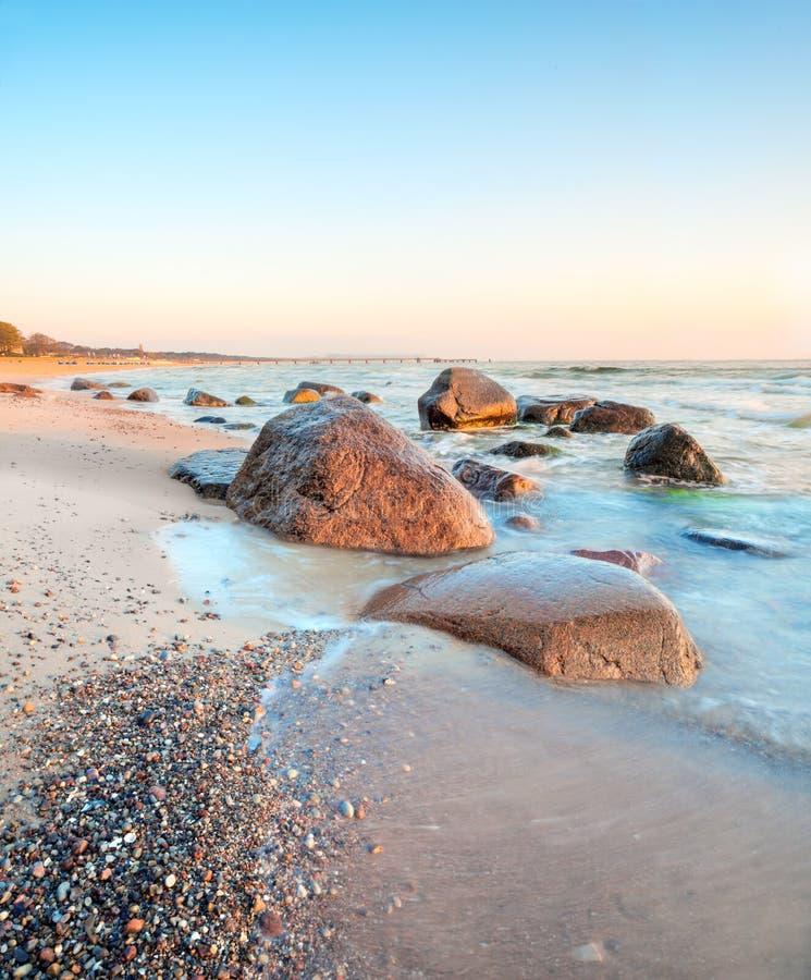 Zonsopgang over Oostzee op eiland Rugen, Duitsland stock afbeeldingen