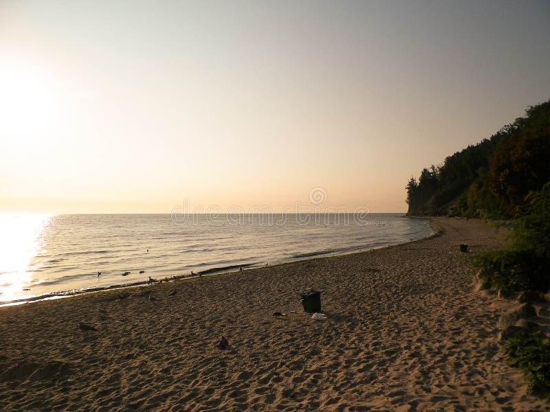 Zonsopgang over Orlowski-Klip en een mooi zandig strand door de Oostzee, Polen royalty-vrije stock foto's