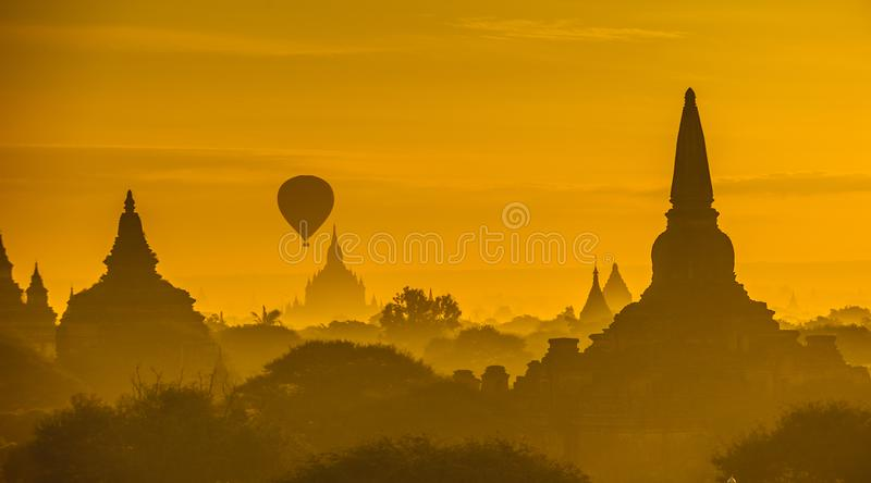 Zonsopgang over oude Bagan, Myanmar royalty-vrije stock foto's