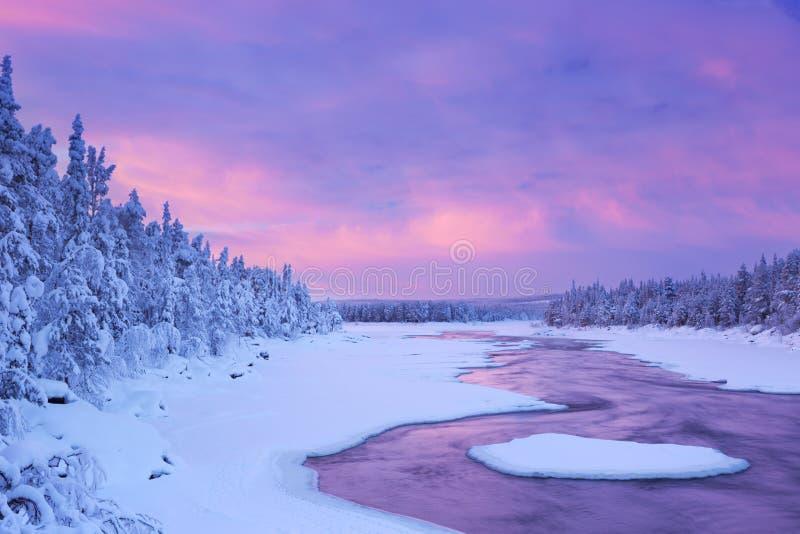 Zonsopgang over rivierstroomversnelling in de winter, Fins Lapland royalty-vrije stock fotografie