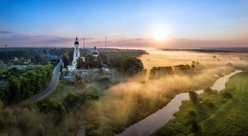 Zonsopgang over Sherna-rivier in Filippovskoe-dorp, Rusland stock foto's