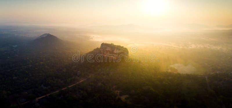 Zonsopgang over Sigiriya-rotsvesting in Sri Lanka-satellietbeeld stock foto's
