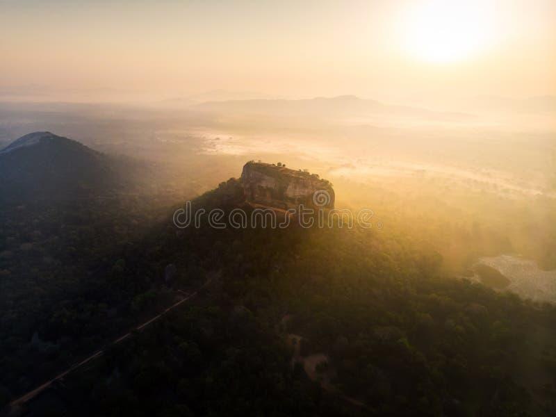 Zonsopgang over Sigiriya-rotsvesting in Sri Lanka-satellietbeeld stock fotografie