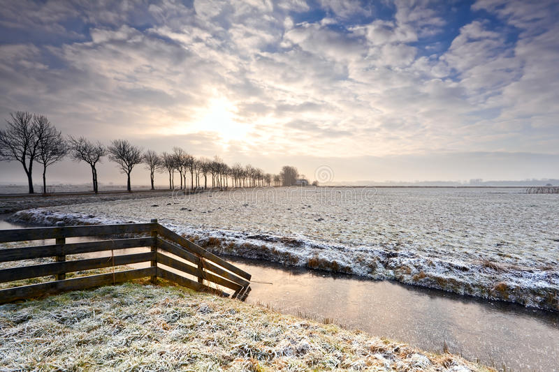 Zonsopgang over sneeuwweiland royalty-vrije stock fotografie