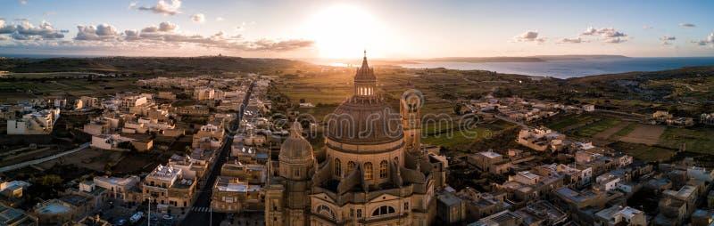 Zonsopgang over St John Baptist Church Gozo, Malta royalty-vrije stock afbeelding