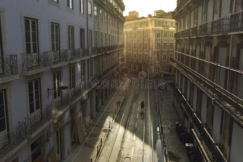 Zonsopgang over Straat in Stadscentrum Lissabon stock foto