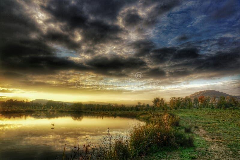 Zonsopgang over vijver in de herfst stock foto