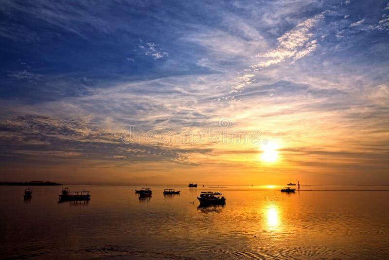 Zonsopgang over vissersboten op Bali royalty-vrije stock afbeeldingen