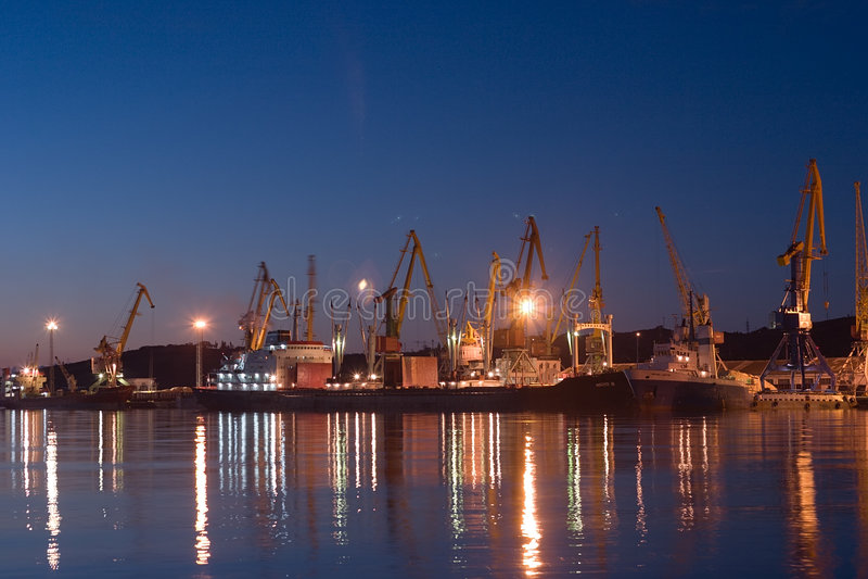 Zonsopgang in overzeese Feodosia haven stock foto's