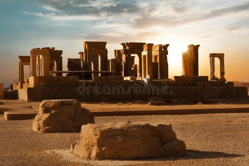 Zonsopgang in Persepolis, kapitaal van het oude Achaemenid-koninkrijk Oude kolommen gezicht van Iran Oud Perzië stock foto