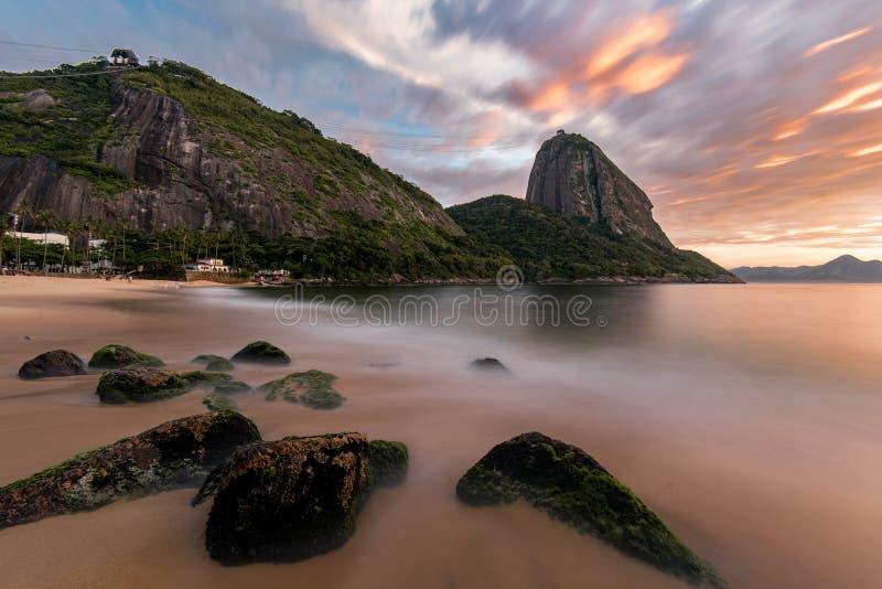 Zonsopgang in Rio de Janeiro met de Sugarloaf-Berg royalty-vrije stock foto