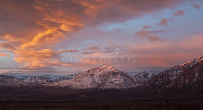 Zonsopgang in Siërra de Bergen van Nevada, Californië stock foto