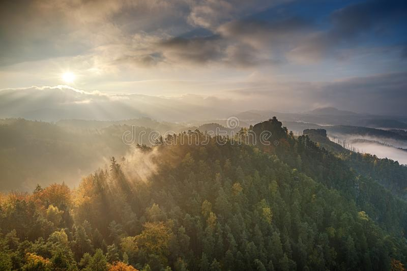Zonsopgang in Tsjechisch Zwitserland royalty-vrije stock afbeelding