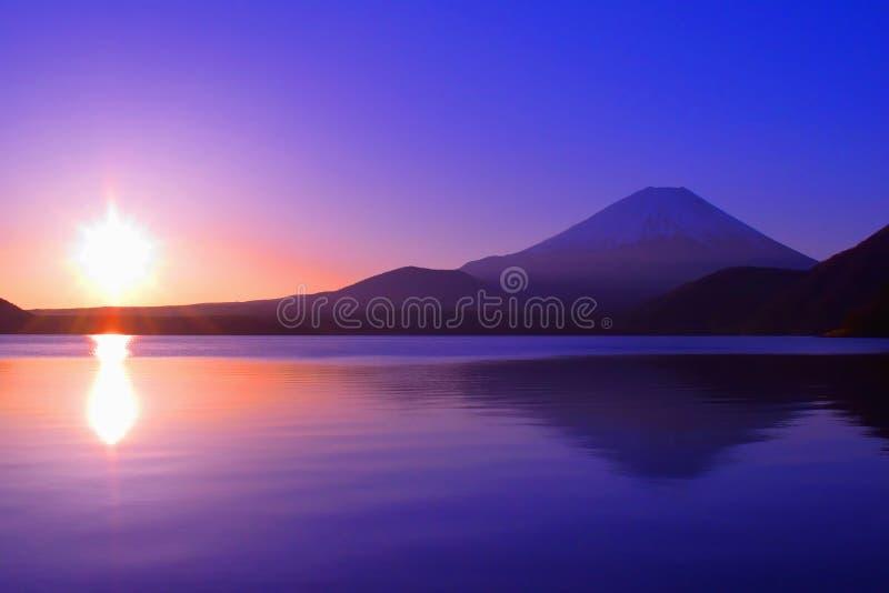 Zonsopgang van de ochtendgloed en MT Fuji van Meer Motosuko Japan stock afbeeldingen