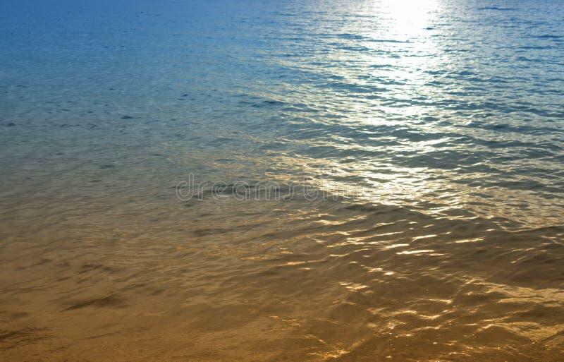 Zonsopgang weerspiegelende lichte achtergrond Op zee mooie ochtend stock afbeelding