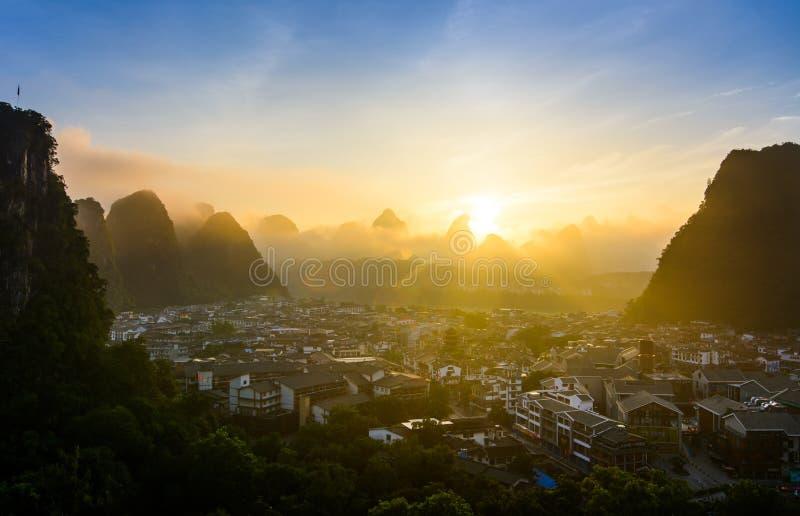 Zonsopgang in Yangshuo China over de karst rotsen en stad royalty-vrije stock foto