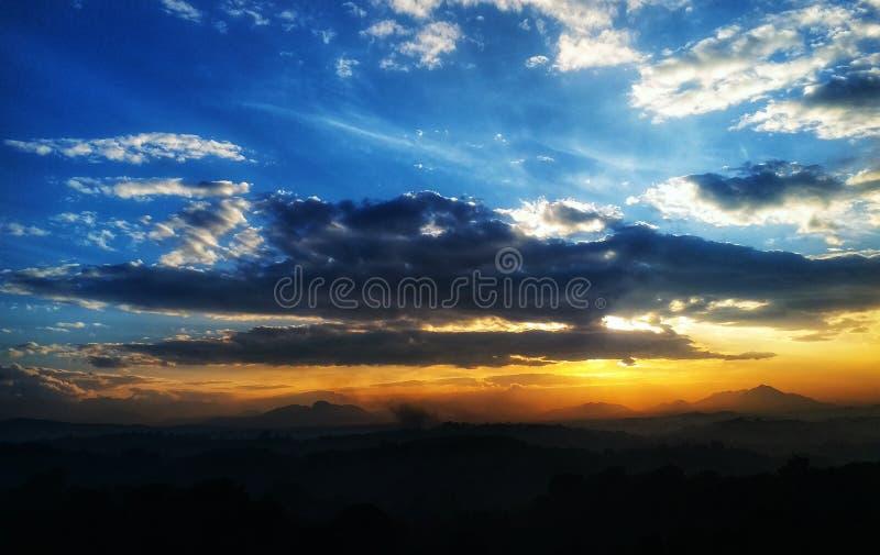 Zonsopgangbergen in tropisch land stock foto's