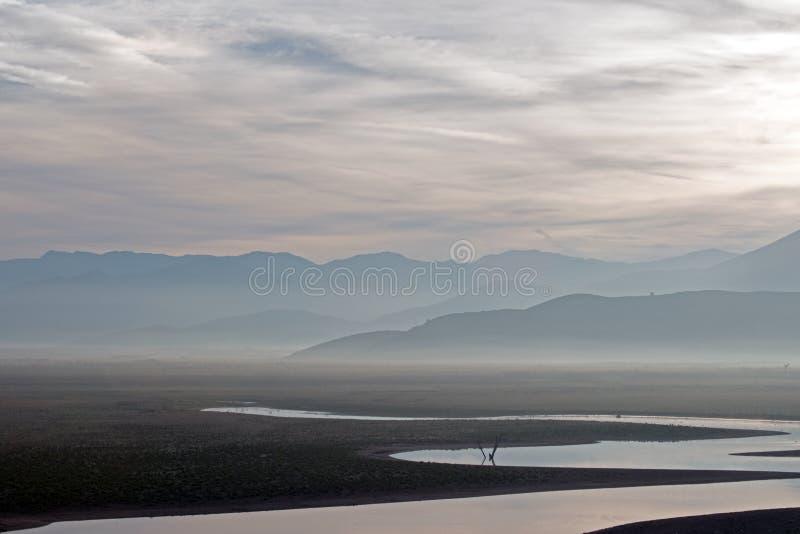 Zonsopgangbezinningen over door de droogte geteisterd Meer Isabella in de zuidelijke Sierra Nevada -bergen van Californië stock afbeelding