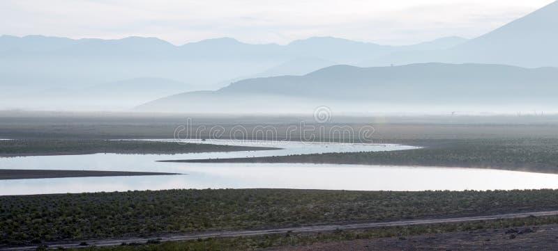 Zonsopgangbezinningen over door de droogte geteisterd Meer Isabella in de zuidelijke Sierra Nevada -bergen van Californië stock afbeeldingen