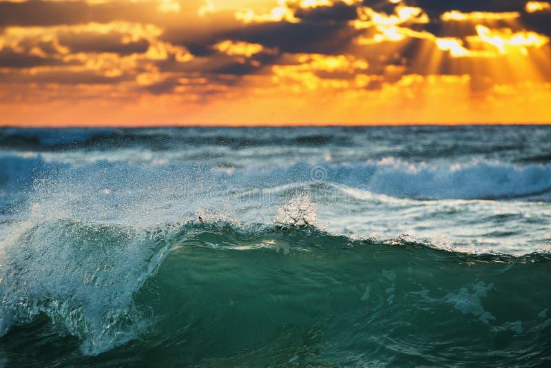 Zonsopganggolf Oceaangolven die op de kust verpletteren royalty-vrije stock afbeelding