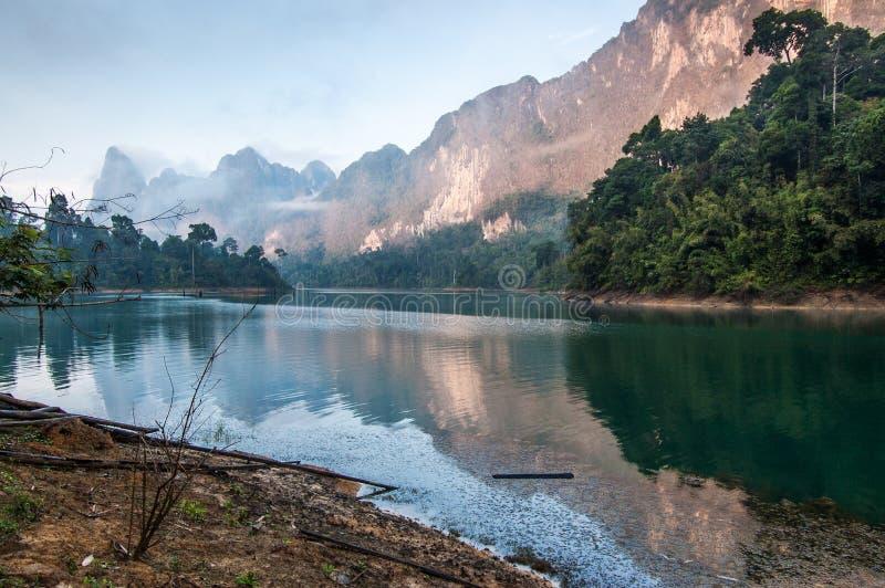 Zonsopgangkleuren op Meer, Khao Sok National Park royalty-vrije stock afbeelding