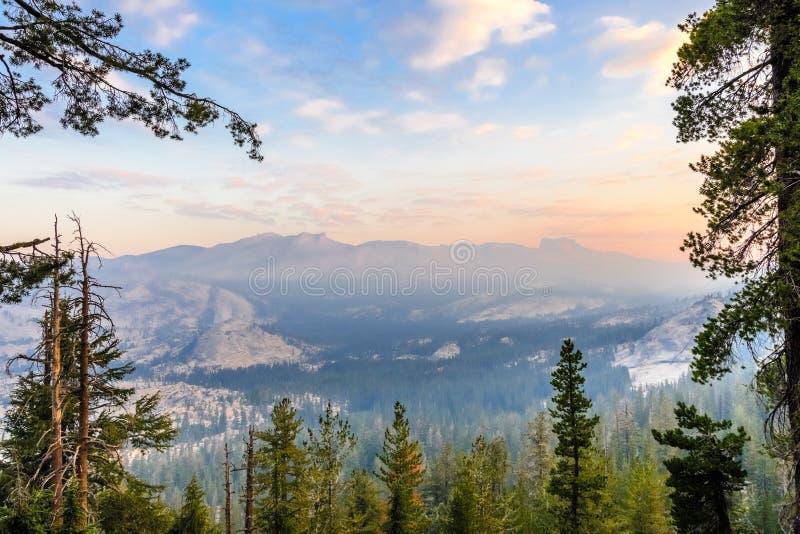 Zonsopganglandschap in het Nationale Park van Yosemite stock afbeelding