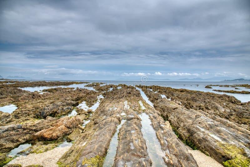 Zonsopganglandschap van oceaan met golvenwolken en rotsen Aard, zand stock foto's