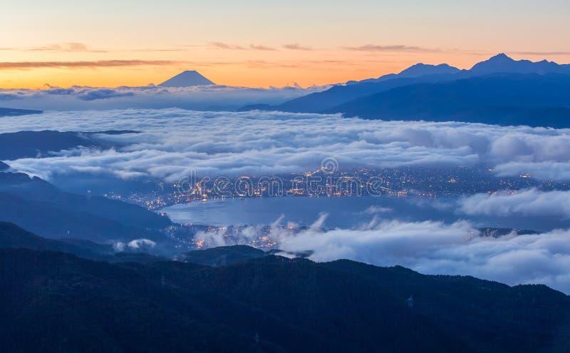 Zonsopgangmening van Berg Fuji en Suwa-meer stock foto