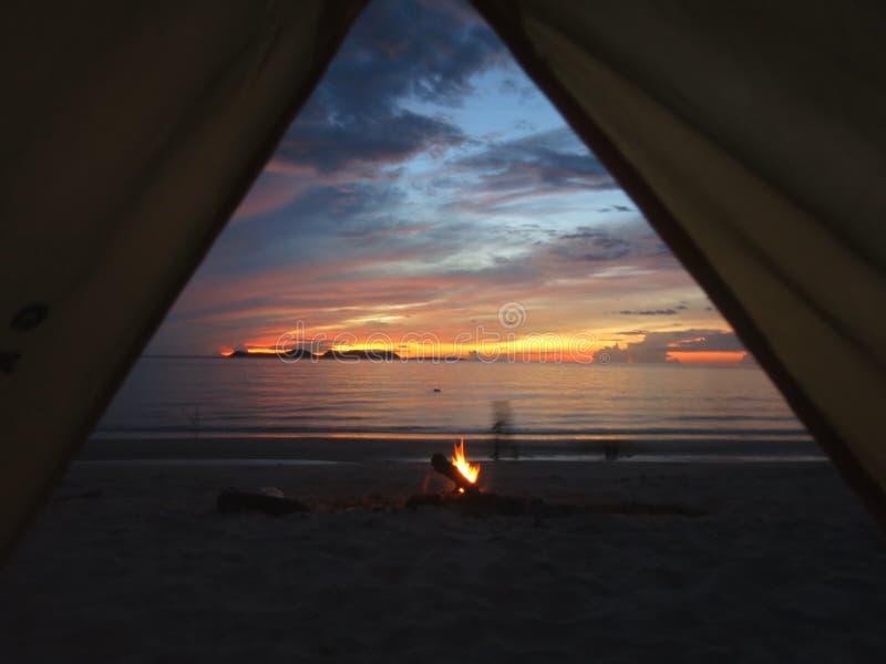 Zonsopgangmening van een tent in Thailand met strandbrand stock afbeeldingen
