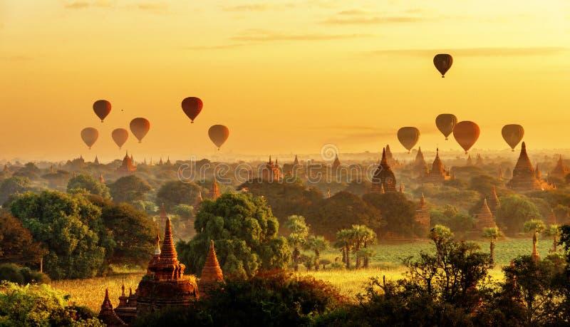 Zonsopgangmening van mooie pagoden en hete luchtballons, Myanmar stock foto