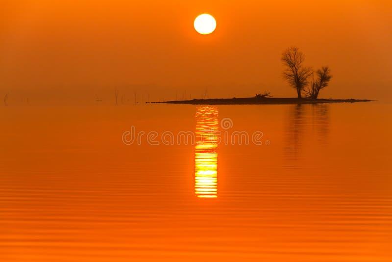 Zonsopgangmist op Truman Lake met een Eiland stock afbeelding