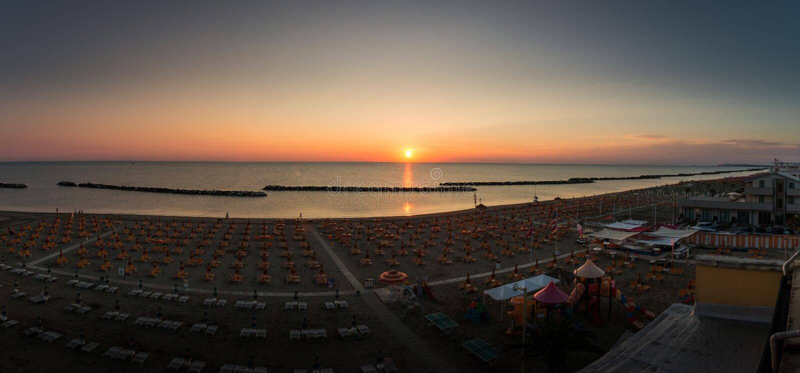 Zonsopgangpanorama op het strand van Torre Pedrera in Rimini in Italië royalty-vrije stock foto's
